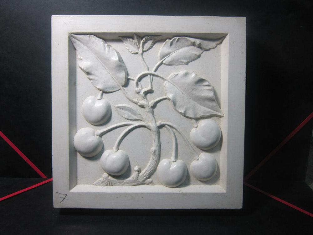 плитка, цветы из гипса, маска животного