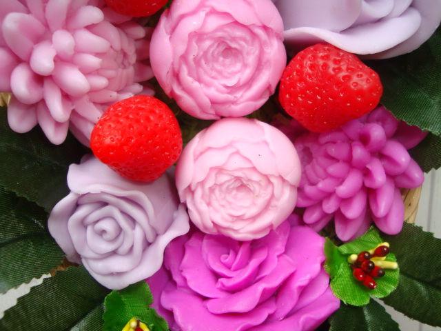 разные цветы в корзине, розы, клубника