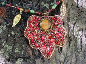 Кулон «Кленовый лист» из бисера и натуральных камней. Ярмарка Мастеров - ручная работа, handmade.