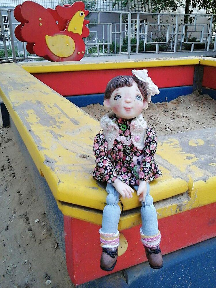 девочка, родом из детства, билет в детство, ребенок, песочница, счастливое детство, душевные куклы, радость, маленькая девочка, кукла с бантом, кукла, аленины куклы