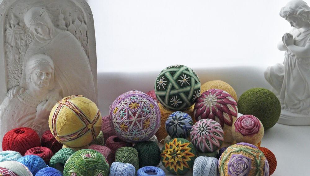 вышитые шары, для интерьера, талисман, цветы, вышивка, вышитые мячи, для детской, подарок, оригинальный подарок