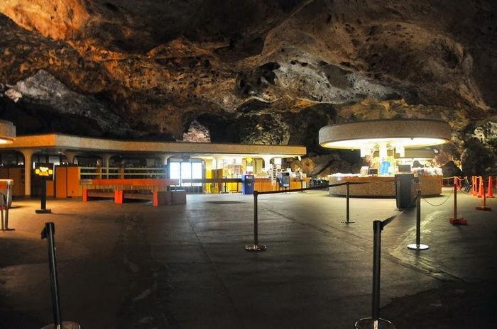 Буфет в Карлсбадских пещерах (США)
