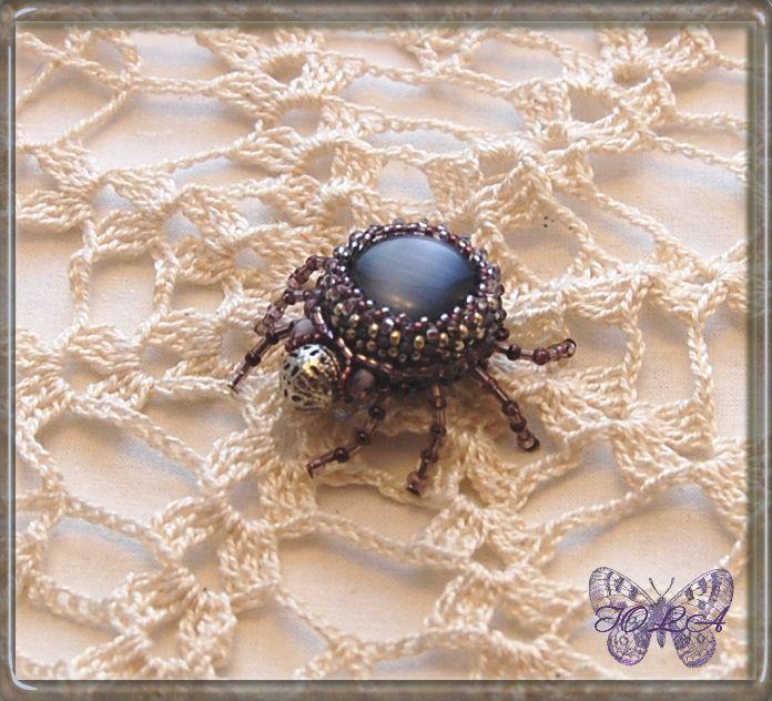 брошка жук