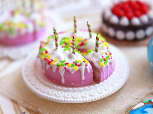 Чудеса на кончиках пальцев. Видео мастер-класс: лепим из полимерной глины миниатюрный торт со свечками. Ярмарка Мастеров - ручная работа, handmade.