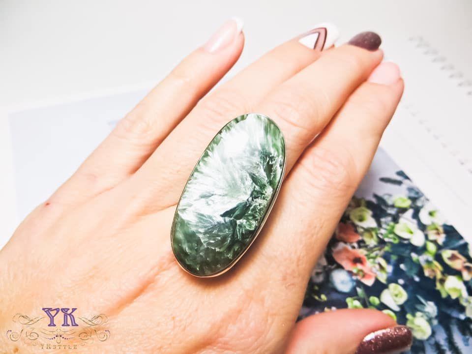Кольцо с крупным камнем.