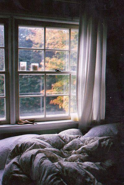 картинка кровати возле окна с дождем внимание