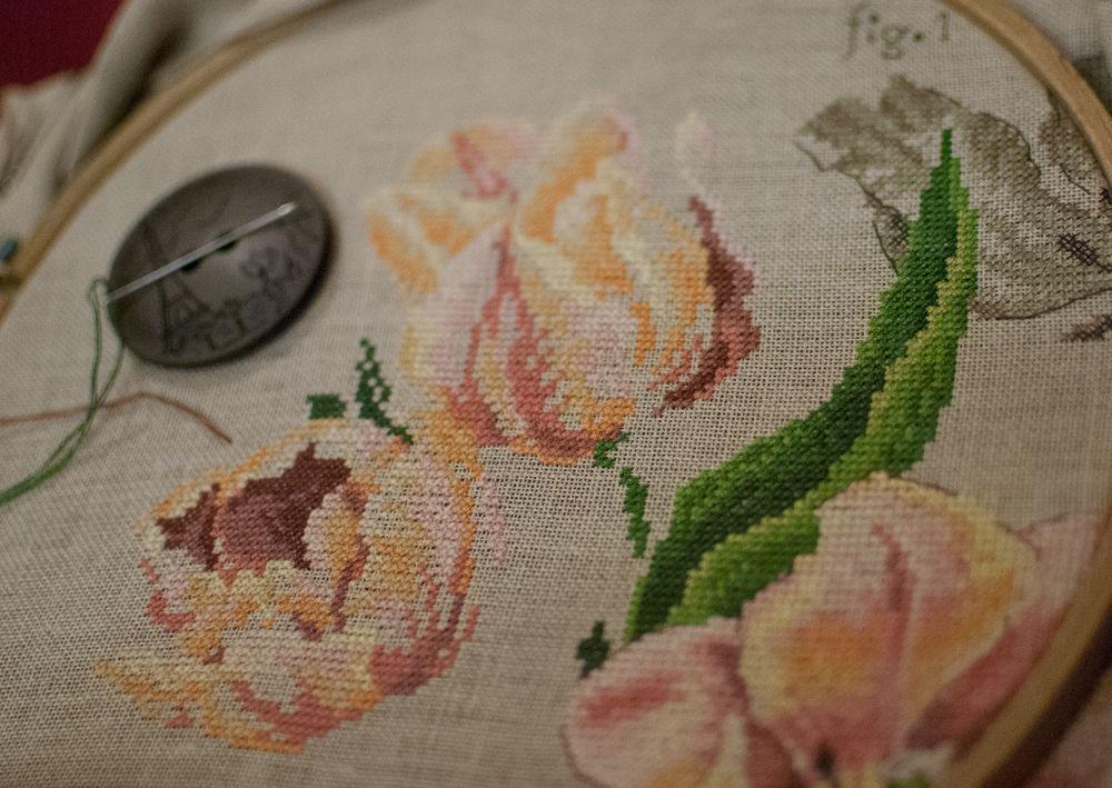 тюльпаны, вышивка крестиком, процесс создания