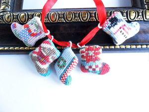 Щедрый аукцион. Миниатюрные новогодние носочки. Ручная вышивка крестом.. Ярмарка Мастеров - ручная работа, handmade.
